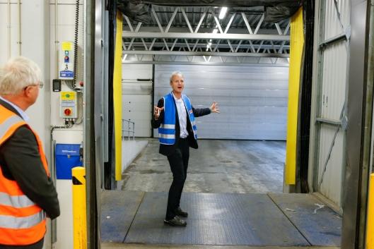 MODERNE: Logistikksjef i FREJA Norge, Joar Bjørndal, forklarer at ingenting overlates til tilfeldighetene ved FREJAs lager på Fjeldbo.