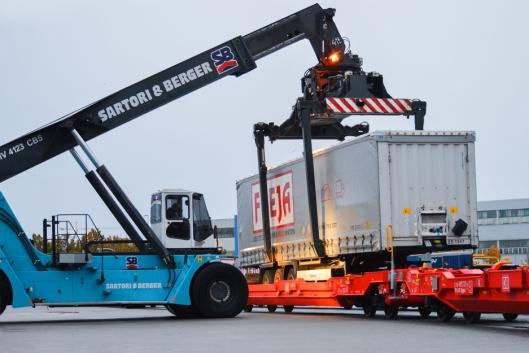 TUNGE TAK: Det er Sartori & Berger, Color Lines agent i Kiel, som sørger for omlastingen.