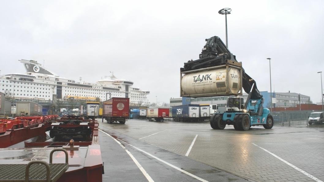 FRA VEI TIL SJØ: Fleretransport- og logistikkaktører velger å flytte last fra overfylte veier, til sjø. I Kiel kommer godstoget med containere og løstraller inn på Color Lines Terminal, noen meter fra der skipet lastes og losses.