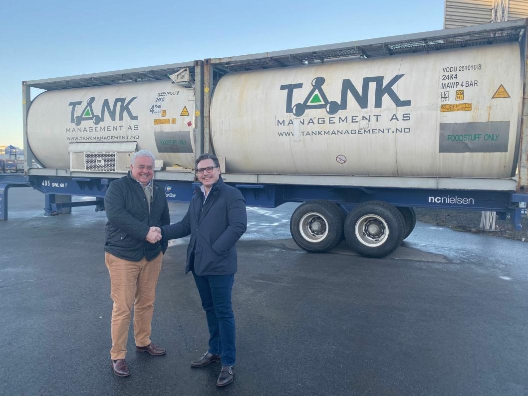 FLERE FORDELER: Trond Tønjum i Color Line (t.v.) og André Nordbø i Tank Management er enige om fordelene med å flytte mer transport fra vei til sjø.