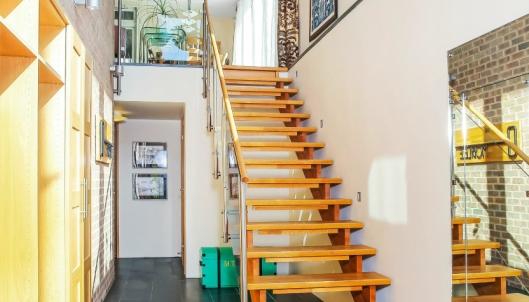 ENTRÉ: Den solide trappen gir et majestetisk og delikat forsteinntrykk.