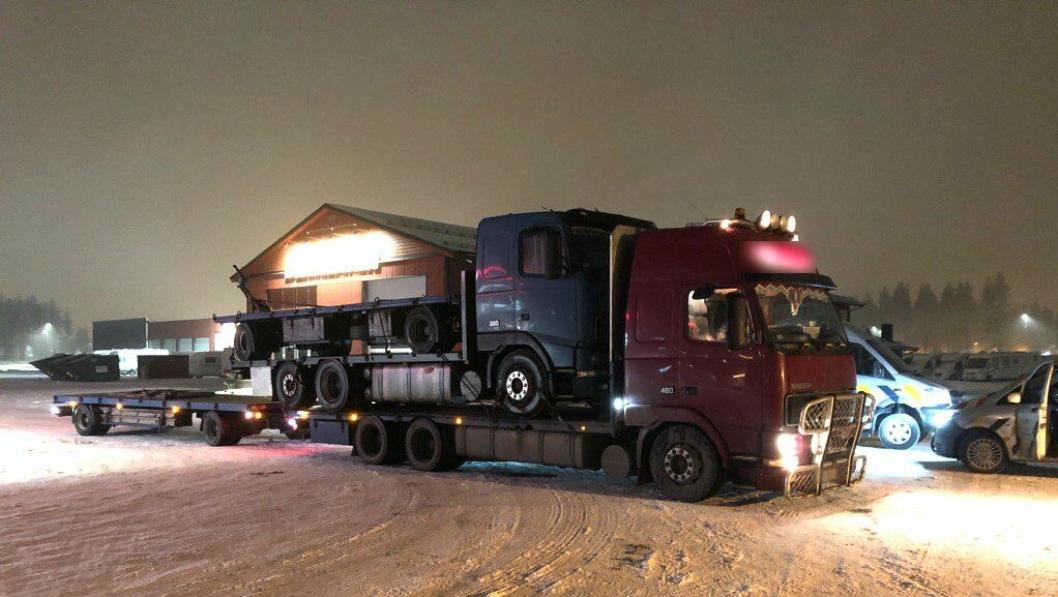 Henger lastet på bil, lastet på bil med henger bak stoppet i Elverum 20. desember. Foto: Statens vegvesen