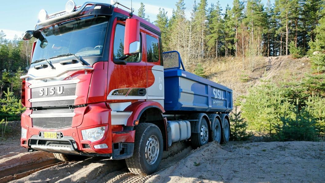 Sisu har tenkt annerledes; det er superkapasitorer i stedet for batterier på den nye hybride lastebilen. Foto: Torbjørn Eriksen