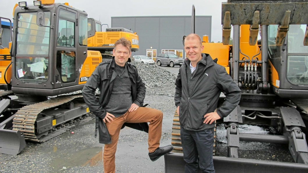 Det blir stopp i Sany-importen for Hardnor AS, her ved daglig leder Bjørn Eldøy (t.h) og markedssjef Helge Sæbø. Foto: Bjørn Eilert Eriksen