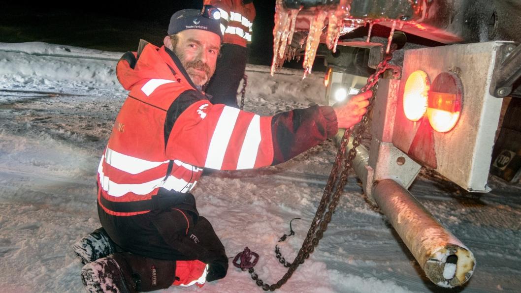 UTFORDRENDE: Bjørn Lægreid fra Eidfjord Bilberging har stadig oftere utfordringer med å finne noe å feste wirene i på nye semitrailere. Foto: Espen Braata