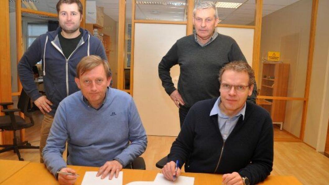 T. E. Kjersem og Oddgeir Anundsen (t.v) og J. H. Egeland og H. Thorsby i Statens vegvesen. Foto: Kjell Wold