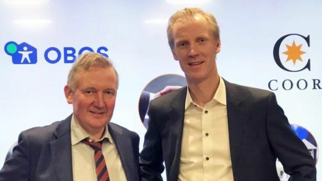 Nils Morten Bøhler (t.v.), konserndirektør for eiendom i Obos og Nikolai Utheim, administrerende direktør i Coor Service Management AS signerte avtalen 9. januar 2018. Foto: Coor