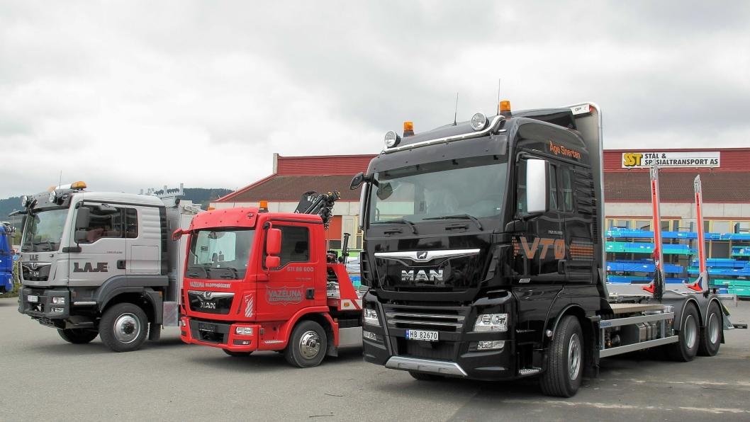 Tre nye lastebiler overlevert til sine eiere på Rudshøgdadagen 2017. Nærmest MAN TGX 26.580 tømmerbil tilhørende Åge Snerten i Engerdal, deretter MAN TGL 12.220 bergningsbil til Vazelina Bilopphøggeri, og lengst bort en e-verksbil til det unge entreprenørselskapet Laje Entreprenør AS.