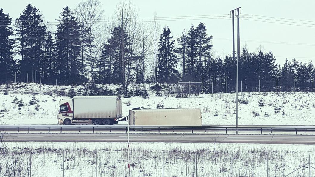 7. februar 2017 veltet en tilhenger og sperret begge felt på E6 i den sørgående retningen like før avkjøringen til Jessheim nord, i Akershus. E6 sørgående var stengt i ca. fem timer.