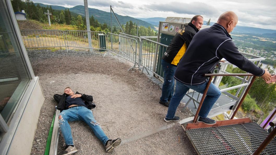 Loyd Pettersen (18) tok seg helt ut opp trappa i hoppbakken. Albert Kr. Hæhre står klar til å ønske nestemann velkommen sammen med lærlingeansvarlig Espen Holte.