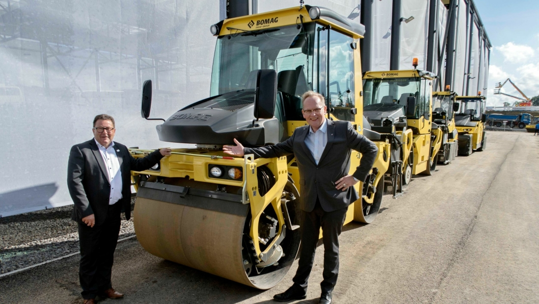Kai Paulshus (til venstre) og Jan Ove Laugerud fra Hesselberg Maskin er fornøyde etter et halvt år med alle Bomag-maskinene.