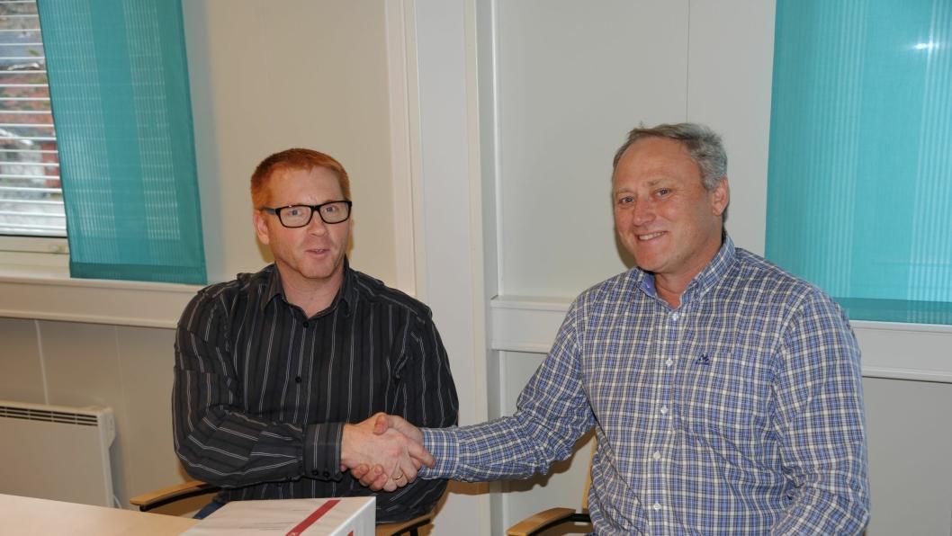 Kontrakt er signert mellom Forsvarsbygg og Målselv Maskin og Transport på bygging av ny rundkjøring på E6 i Heggelia, Troms. F.v: Seksjonssjef Erik-Anders Helin i Forsvarsbygg og daglig leder i Målselv Maskin og Transport AS, Frank Eriksen.