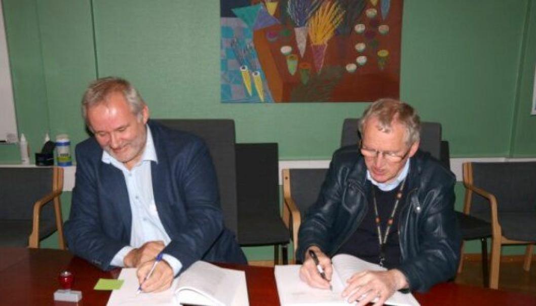 Daglig leder Svein-Erik Løvli i Consto Anlegg Nord og regionvegsjef Torbjørn Naimak i Statens vegvesen signerte kontrakt.