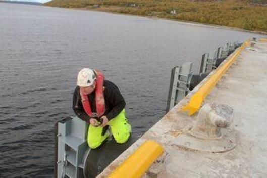 Bas på anlegget, Pål Øystein Jakobsen, sjekker ut de nye fenderene på Jakobsneskaia.