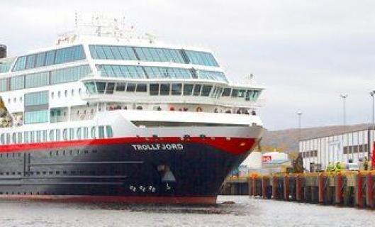 Hurtigruteskipet «Trolltind» legger til kai på Hurtigrutekaia i Kirkenes der Consolvos arbeidere nå er ferdige med å montere nye fendere, leidere og frontlister.