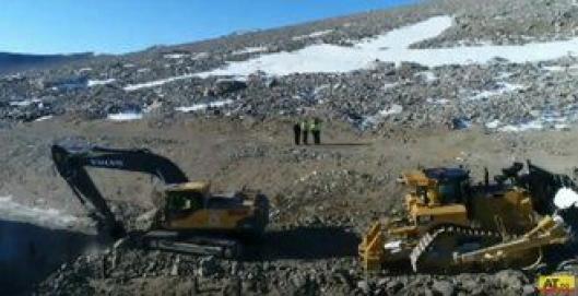 Volvo beltegraver og Cat dozer i aksjon en finværsdag i sommersesongen ved Troll forskningsstasjon i Antarktis.