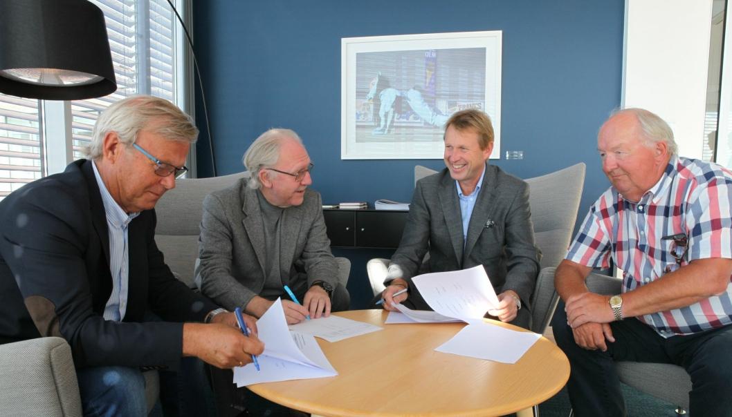 Kontraktssignering oppkjøp TVU: F.v. Roger Stein Nilsen (selger), Ole Johan Olsen (selger), Henning Hanevold (adm. direktør Peab Eiendomsutvikling) og Stein Jaran Fredriksen (selger).