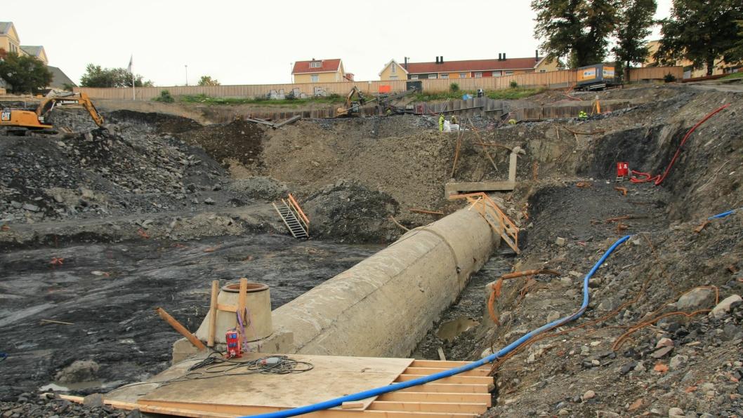 De kompliserte grunnarbeidene skyldes i hovedsak at Hovinbekken, som ledes i kulvert under det nordøstre hjørnet av hallen, ligger høyere enn antatt.