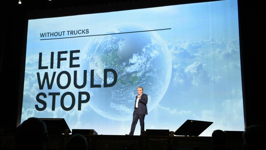 Uten lastebilen ville livet stoppe sa Martin Daum fra scenen i The Fox Theatre i Atlanta.