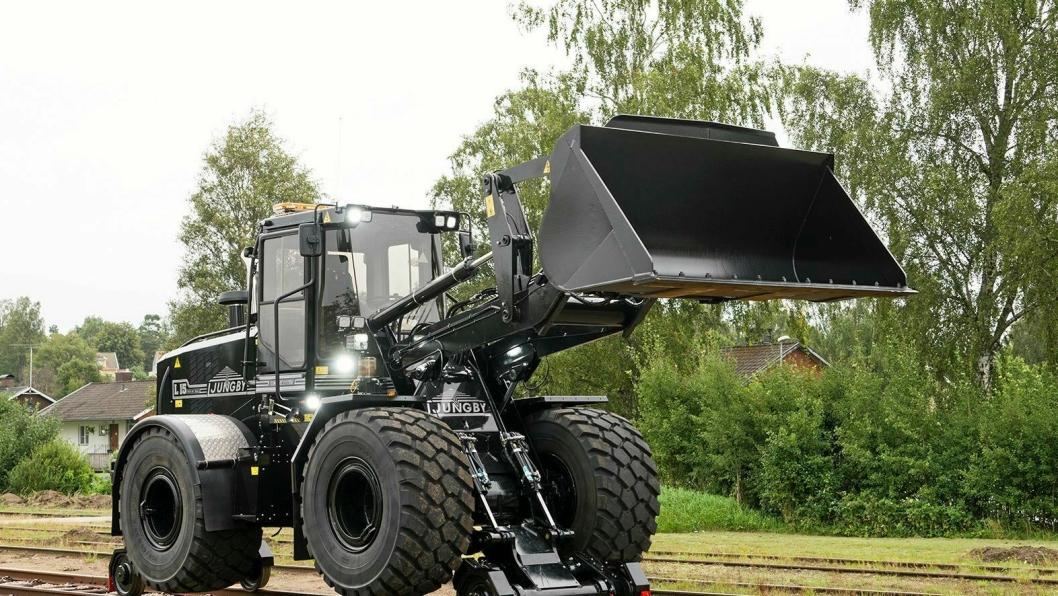 SKINNEGÅENDE: Det nye sorte vidunderet fra Ljungby har fått drift på railaggregatet som forflytter den hengende maskinen fremover på skinnene.