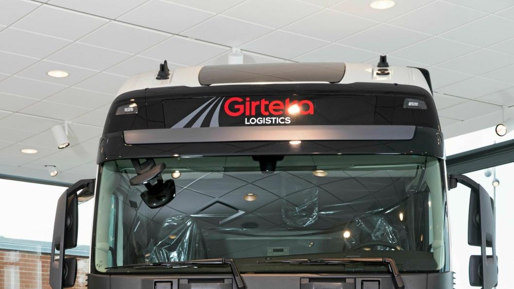 Girteka-sjef Midaugas Railas (til venstre) takker Volvos Rickard Alm for handelen foran den første av de 2000 Volvo-ene Girteka har kjøpt.