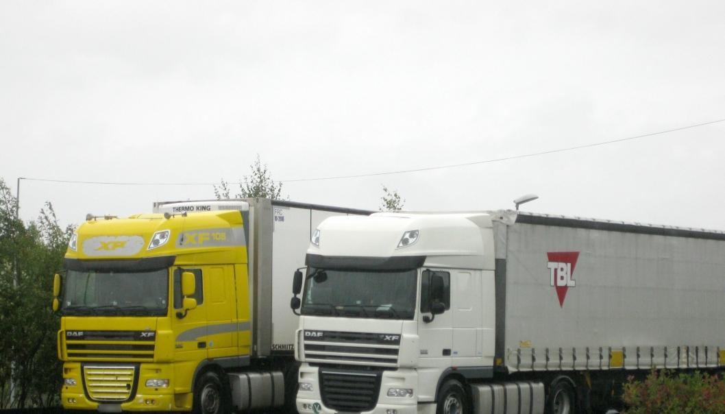 Latvisk gult vogntog til venstre i bildet og litauisk vogntog til høyre. Sjåfør på begge biler ble anmeldt for juks med fartsskriveren i september 2017.