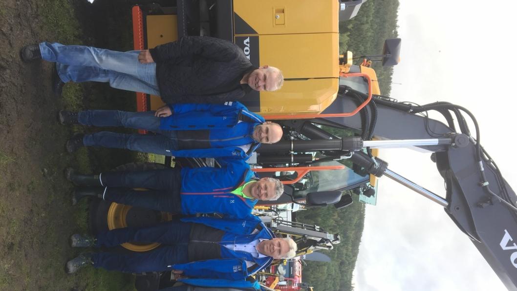 Handelen ble markert på Dyrsku'n. Fra venstre Tom Wigdal (Hæhre & Isachsen), David Kristianslund (Volvo Maskin), Frank Ole Sørensen (Hæhre & Isachsen Maskinutleie AS), Jon Ølstad (Volvo Maskin) og Roger Kjenås (Isachsen Maskin).