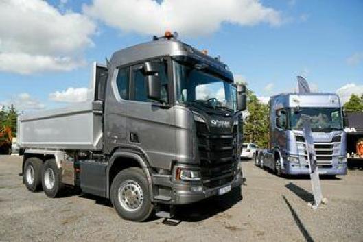 SNIKTITT: Scania har vært rundt og vist frem den nye bilen på flere arrangement. Den sto utstilt på MEFs anleggsdager i Våler i forrige uke med den nye offroadfronten.