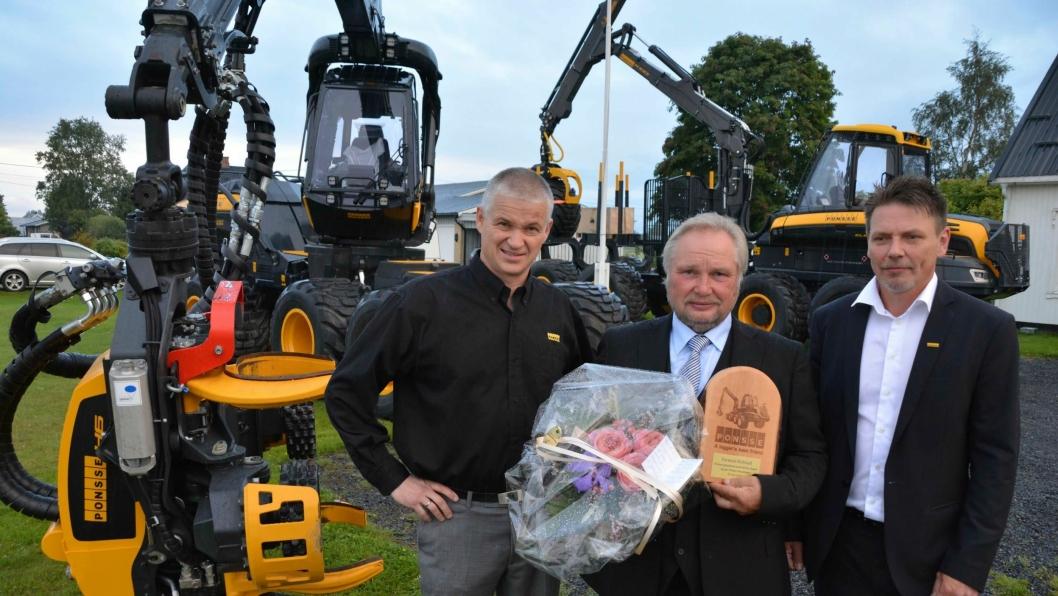 60-årsjubilanten Tormod Helstad (midten) med de to nye Ponsse-maskinene, som ble overlevert av daglig leder i Ponsse AS, Sigurd Skotte (t.v.) og Ponsse-selger Svein Arild Kolstad.