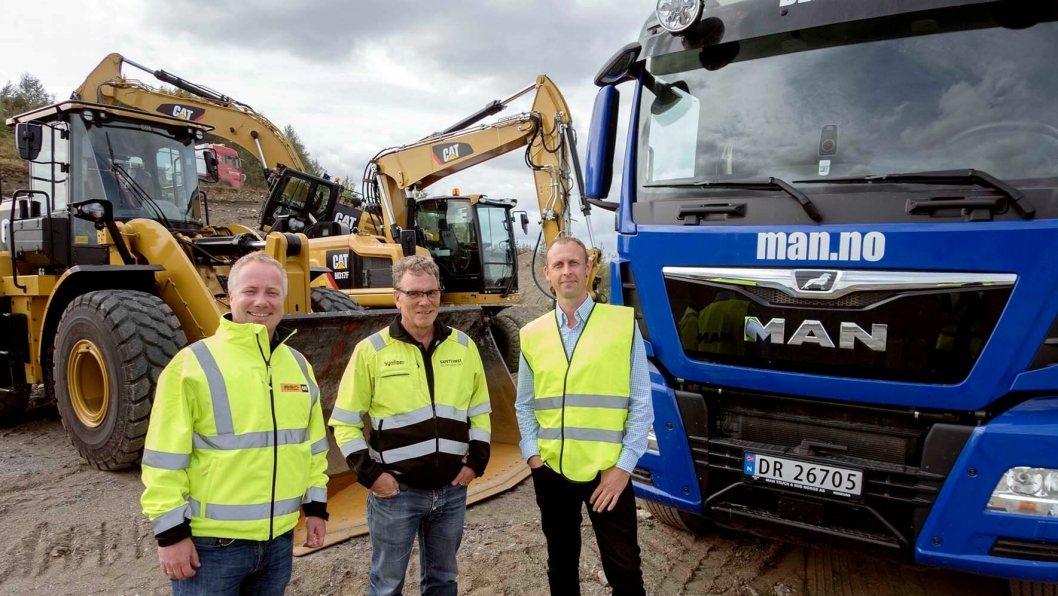 VELKOMMEN: Rune Vestengen, Svein Delbekk (begge fra PON) og Jon Eystein Lund i MAN ønsker velkommen til Traction Days på Hovinmoen.