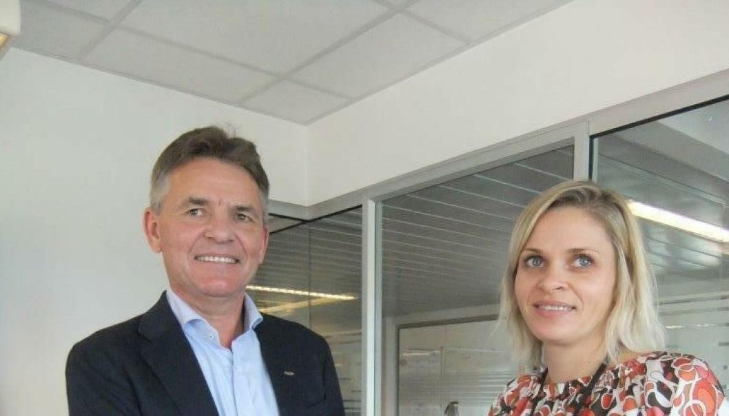 Distriktssjef Henning Simonsen i NCC Infrastructure og ordfører Marie Bruarøy i Os kommune er klare for å starte opp arbeidet med kommunens nye avløpsrenseanlegg.