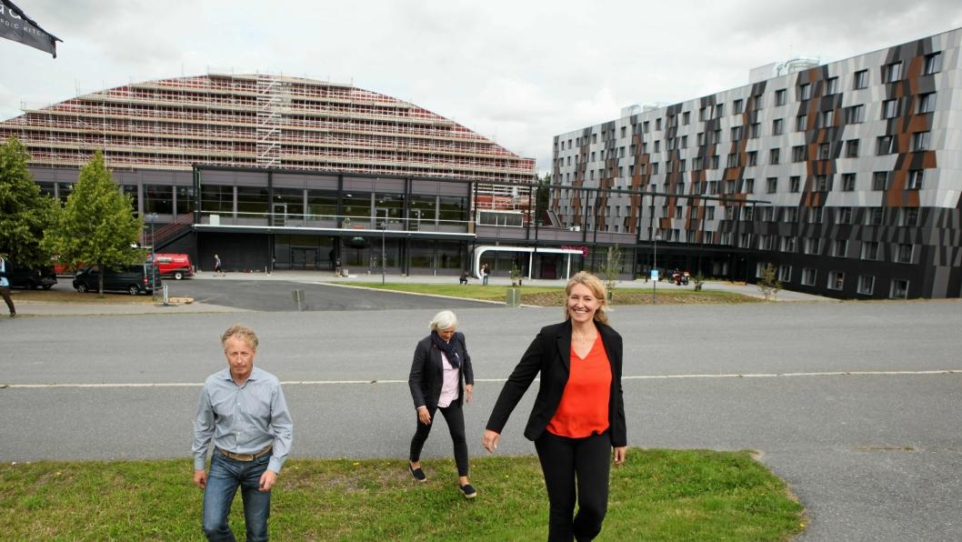 FREMOVERLENT: Vei og Anlegg er på vei opp og frem. 2018-utgaven blir større enn tidligere messer med et nytt hotell og messe-/konferanseanlegg på plass. Fra venstre: Njål Hagen (fagsjef i MGF), Gry Ingebretsen (messekoordinator i MGF) og Tone Merethe Lindberg (direktør i MGF).