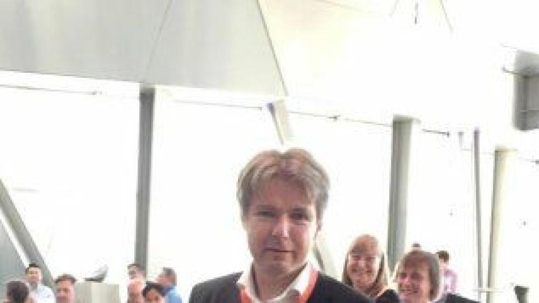 Terje F. Rønning med hedersbevisningen har mottok i Danmark for sin innsats for betongfag.