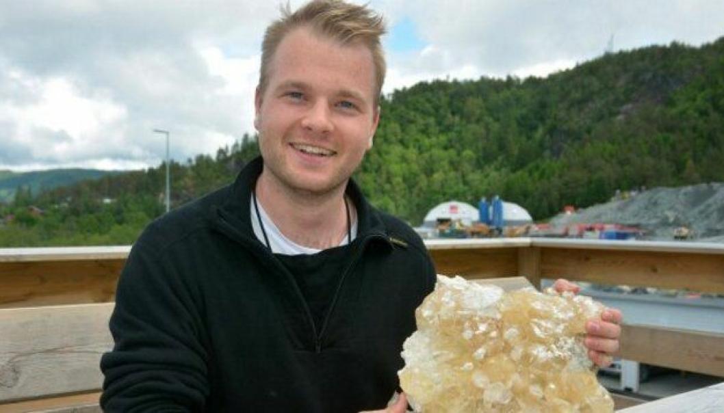 Kontrollingeniør Jens Anders Volden i Statens vegvesen fant denne kalkpartskrystallen under tunneldriving på E39 Svegatjørn–Rådal.