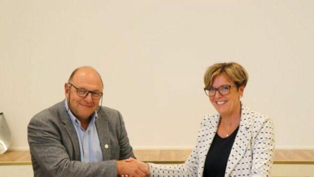 Regionvegsjef i Statens vegvesen Region midt, Berit Brendskag Lied og konserndirektør i Skanska Norge AS, Steinar Myhre signerte kontrakten på bygging av 5,4 km ny fylkesvei 17 mellom Strømnes og Sprova.
