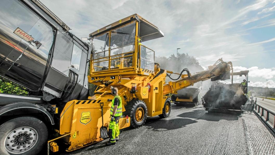 FORMATER: Weiler-maskinen går mellom lastebilen og utleggeren(e). Vektmesterkompaniet AS er første kunde av Weiler i Norge.