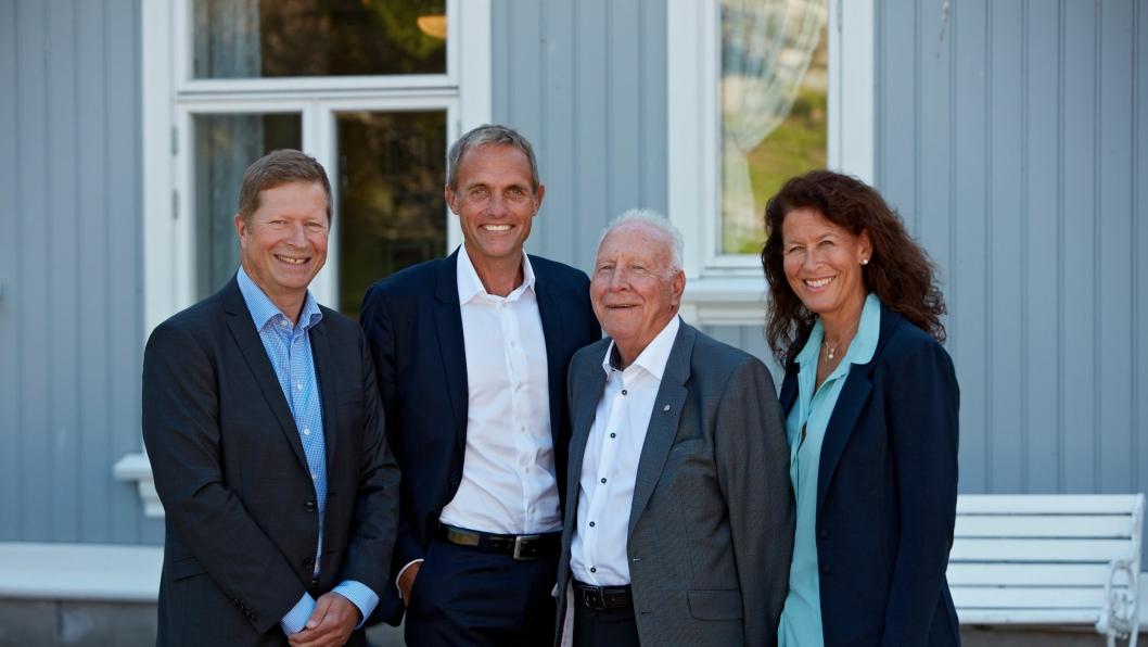 Regionsdirektør Terje Bernton og adm. direktør Marius Hayler i Bertel O. Steen Detalj AS med nåværende eiere av Lillehammer-Bil Kjell Åge Skyttermoen og Ingvild Skyttermoen.