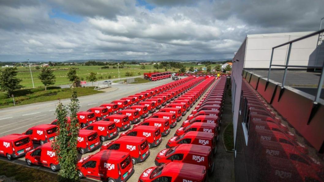 123 Ford varebiler med 6 Volvo-lastebiler i bakgrunnen.