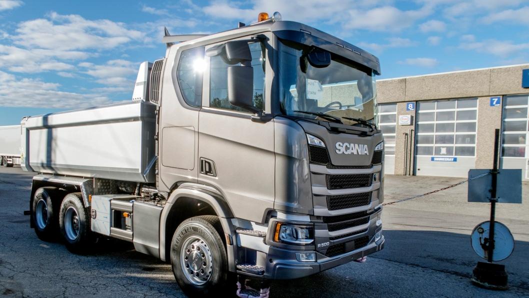 LAVT TAKT: Slik ser den nye Scania Next Generation anleggsbilen ut. Det står nå flere ferdige biler i Norge. Det nederste stigtrinnet hengslet.