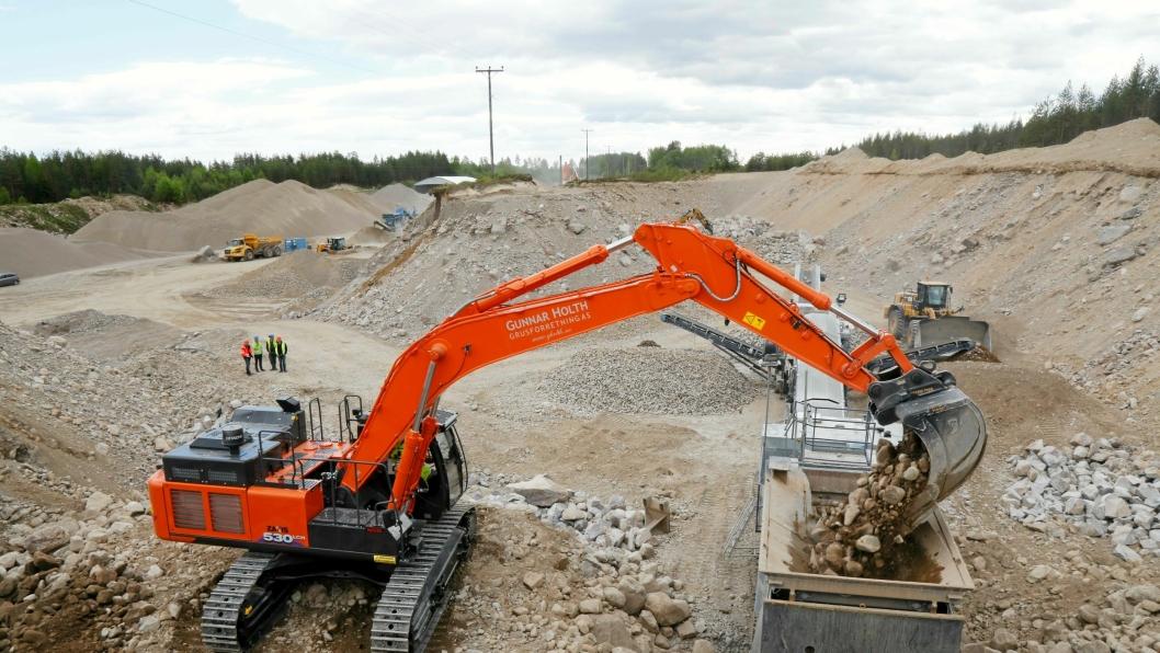 Nasta har levert den første Hitachi ZX530-6 i Norge til Gunnar Holth Grusforretning AS. Maskinen går på asfaltverket til Lemminkäinen utenfor Elverum.