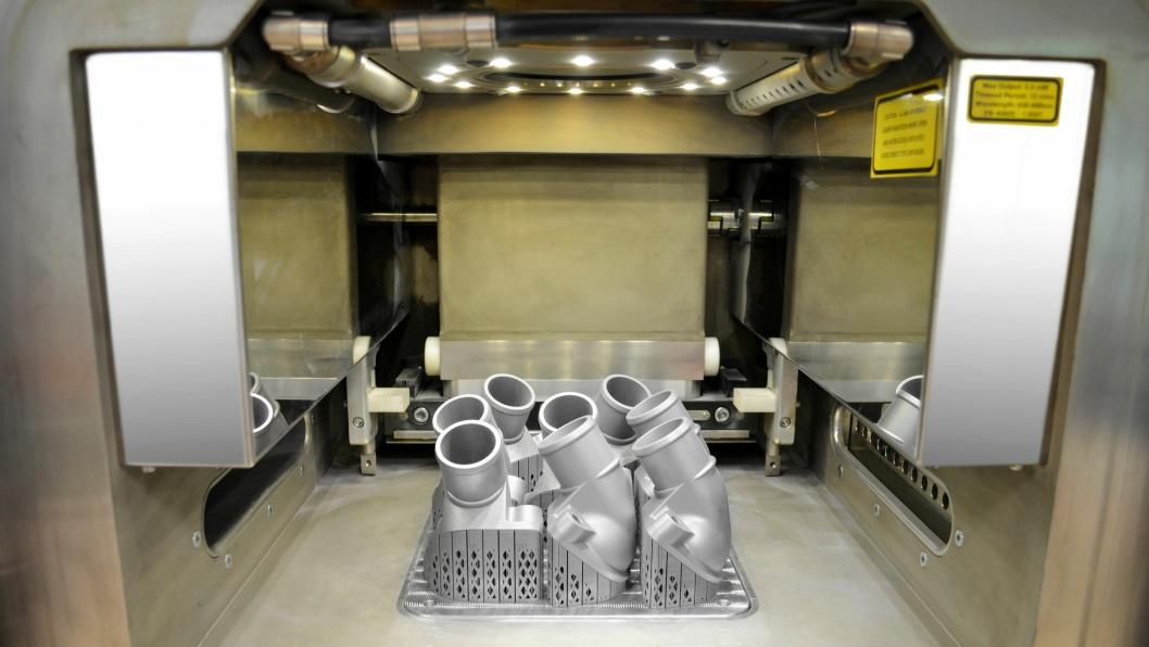 FØRST I METALL: Mercedes-Benz har laget sine første reservedeler i metall med 3D printer teknologi. Den første delen ble et termostatlokk til eldre lastebiler.