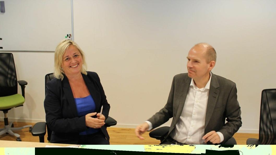 NY AVTALE: Direktør Hilde Nordskogen fra Rambøll og Gorm Frimannslund, administrerende direktør i Bane NOR  signere den nye rammeavtalen.