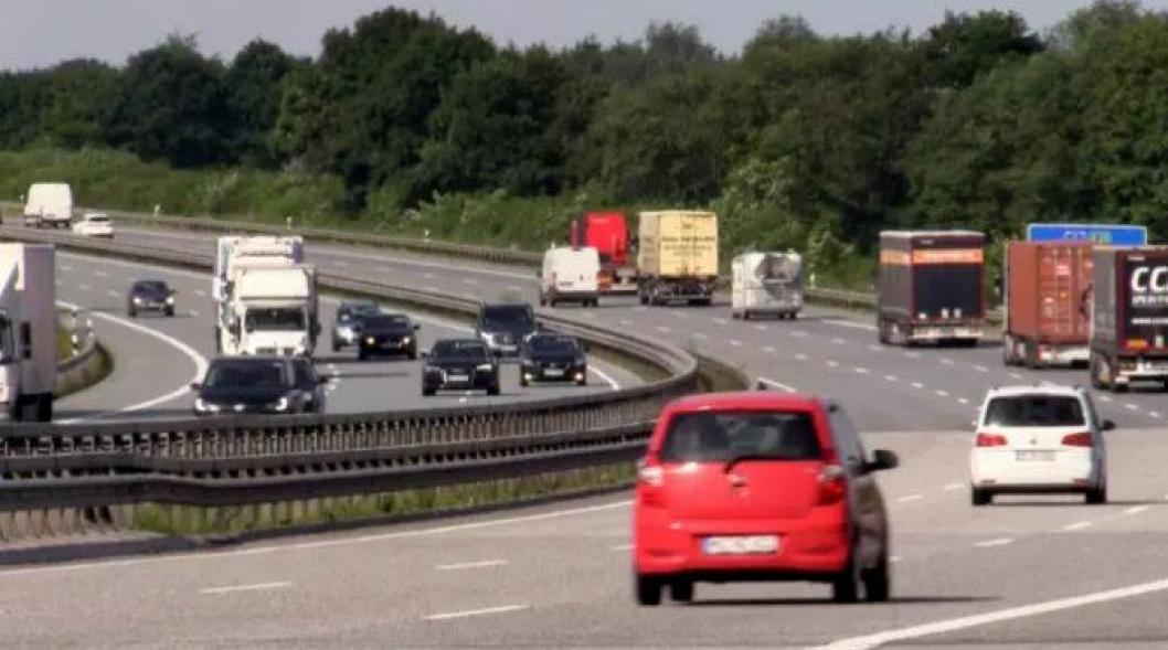På tyske Autobahn er det viktig å gå ut av dørene på bilens høyre side ved nødstopp langs veien, på grunn av de høye hastighetene hos passerende kjøretøyer.