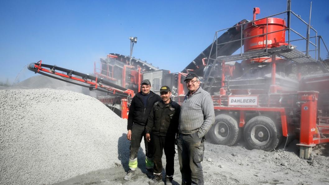 Jan Erik Dahl (t.v.) driver knusevirksomheten til daglig. Gunnar Dahl (f.h.) og Odd Berget har konsentrert seg om byggingen av knuseverket.