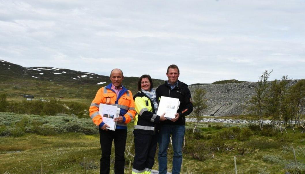 Bilde fra kontraktsigneringen som skjedde ved Songa dam. Fra venstre: Oddmund Hansen (Skanska), Hilde Bakken (konserndirektør kraftporduksjon i Statkraft) og Eirik Spilling (TT Anlegg).