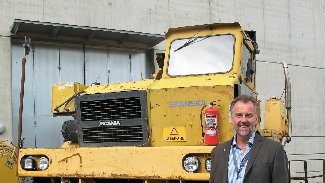 Museumsdirektør Geir Atle Stormbringer viser gjerne de mange maskinene som finnes på Norsk Vegmuseum.
