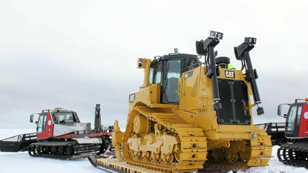 25 MIL: Cat-dozeren ble sledekjørt 25 mil fra iskanten inn til Troll-stasjonen. «Trekkhunden» er en Prinoth Everest beltemaskin som er levert av Owren AS på Vingrom.