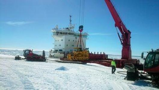 LANDKJENNING: Etter en måned i sjøen losses Cat-dozeren på Antarktis-isen.