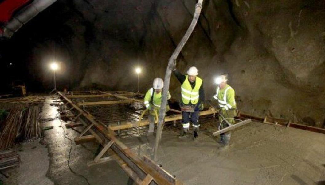 Tolv bygg hver på 100 kvadratmeter blir bygget for å holde kontroll på alle elektroinstallasjonene i tunnelen.