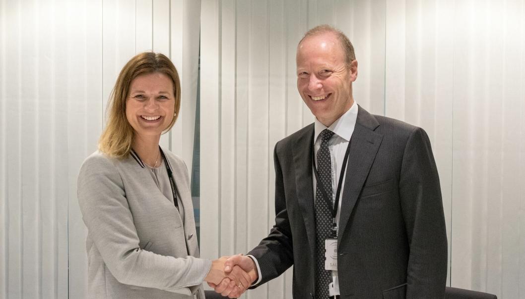 Konserndirektør Camilla Krogh i Skanska og ekspedisjonssjef Thor Arne Aass i Justis og Beredskapsdepartementet signerte kontrakten om Politiets Nasjonale Beredskapssenter.